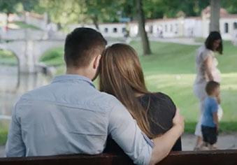 Para młodych ludzi siedząca na ławce